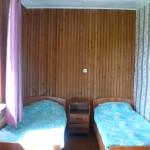Две деревянные кровати.