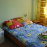 Двухспальная кровать, постельные принадлежности, полотенце.